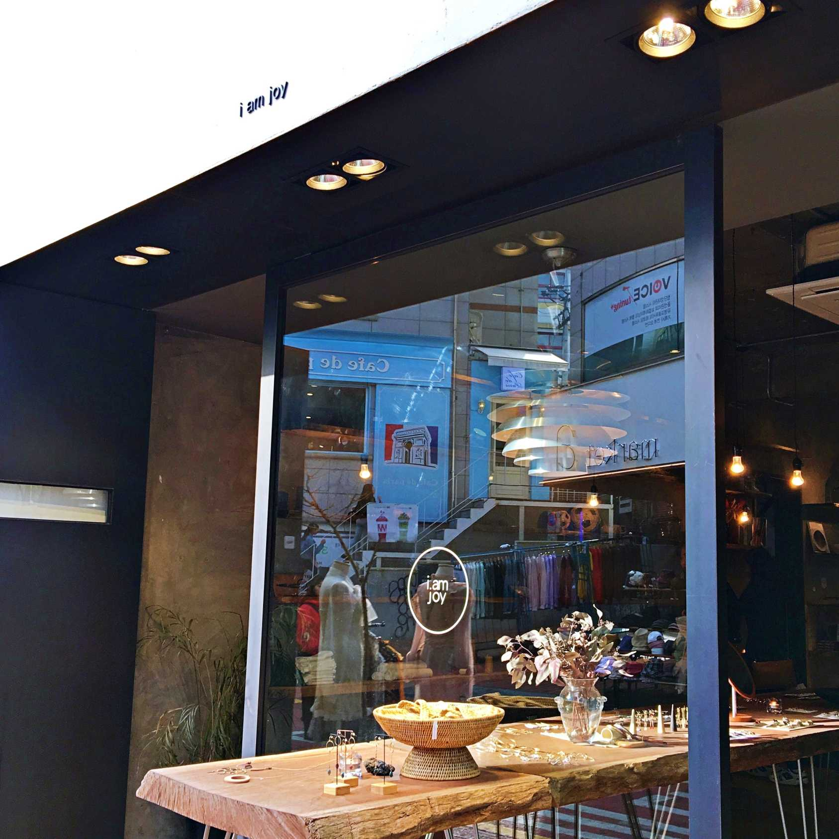 這家位在弘大西班牙吉拿棒Churros那條巷子裡的飾品店 i.am joy,總共有三層可以逛。