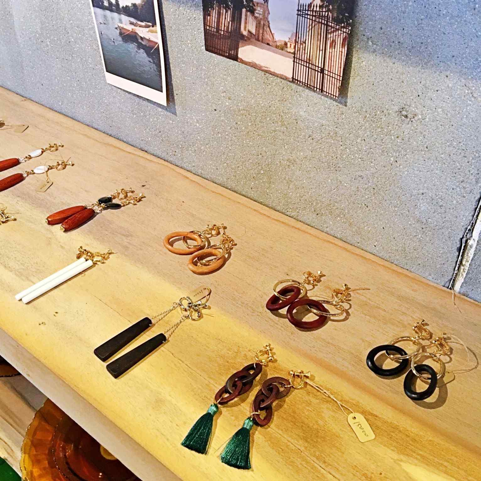 韓妞最近很流行的木質耳環,小編看了好心動。