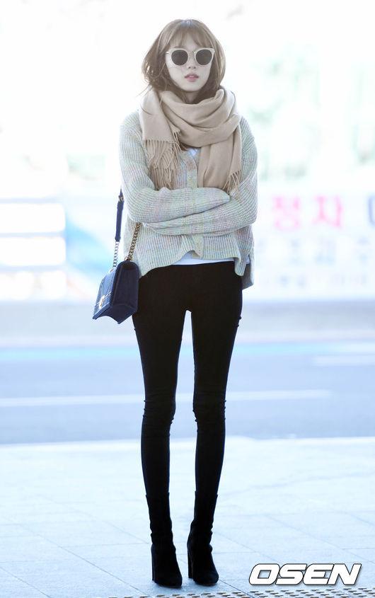 不僅站在南柱赫身旁看來小鳥依人的李聖經,讓人差點忘了她可是有170公分高的名模,上回在機場的牙籤腿更是讓人忍不住驚呼感嘆讓「名模就是不一樣」