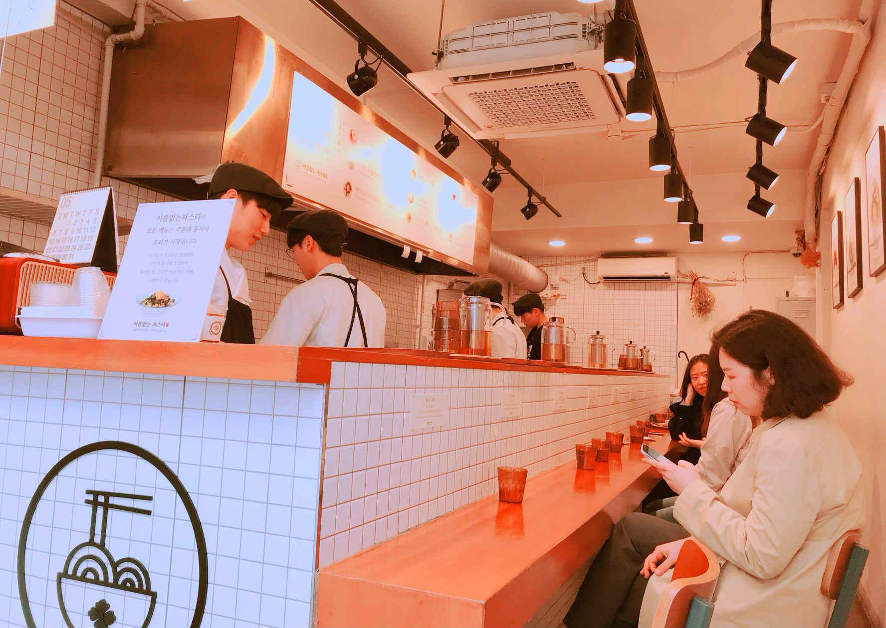 店內的座位只有一排,但千萬不要小看它,每到正餐時間,都是滿滿排隊人潮啊!