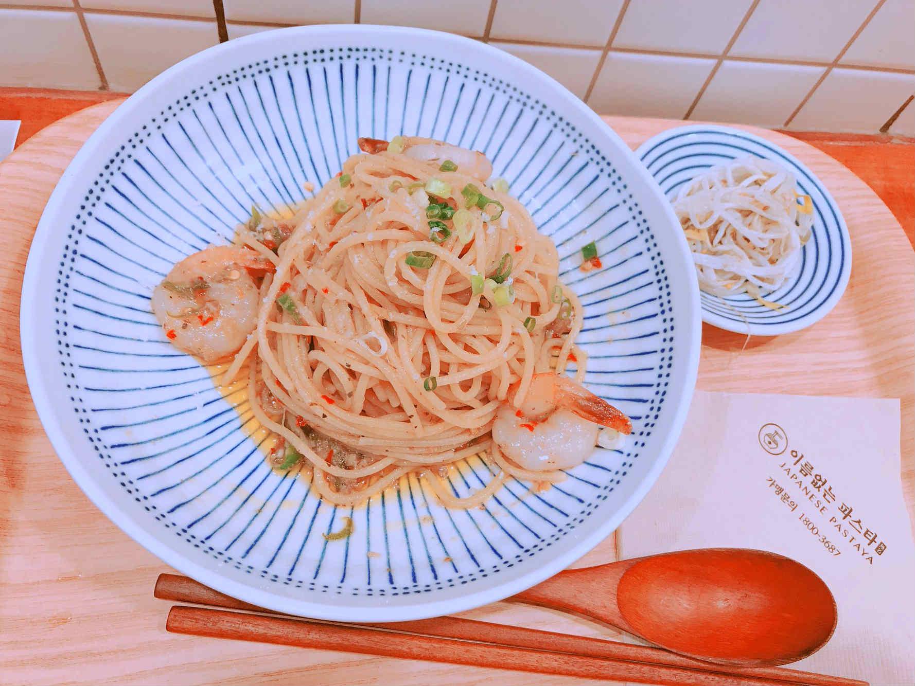 麵的種類分為日式與西式兩種系列。當中最有人氣的,就屬這款大蒜清炒義大利麵了。