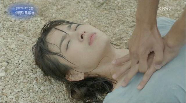 還有《太陽的後裔》中宋仲基要為落水後的宋慧喬做CPR的時候,等等手的位置好像不太對!!XDD 雖然知道為了避嫌,但是這個急救的姿勢真的太不專業了..ㅋㅋ