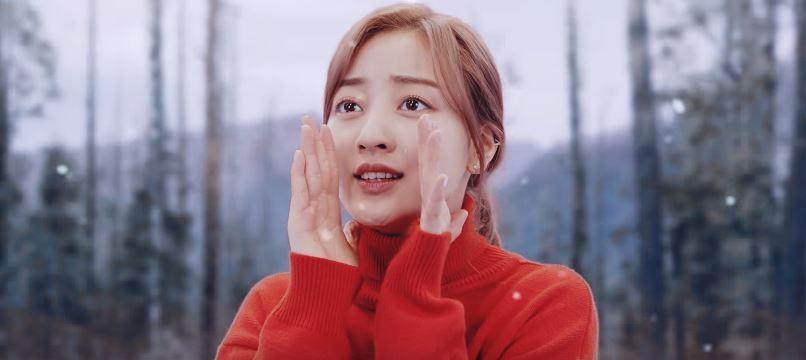 日前成員們也在回歸的記者上聊到了這次拍攝MV的小趣事,在MV中挑戰哭戲的志效表示許多人看完這一幕後,都非常好奇她是否真的哭了,志效則透露其實是用了一款很涼的眼藥水(笑XDDD)