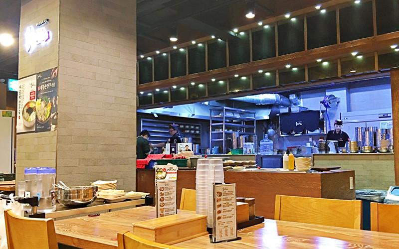 餐點一率在這個半開放式的廚房製作,雖然是半開放的廚房,但是完全沒有油煙感。