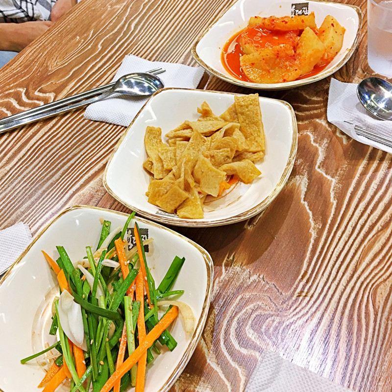 小菜的話有這三種:醃蘿蔔、涼拌韭菜絲、釜山魚板(不會辣)