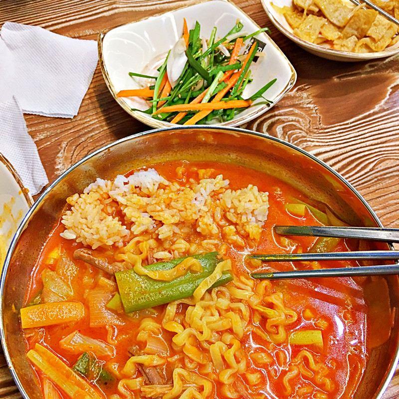 只吃麵怕吃不飽的人,可以跟同行友人一起加點一碗白飯。然後像小編一樣的吃法,把飯泡進牛肉湯裡,吃飽牛肉湯汁的米飯,簡直是~~~無敵美味。