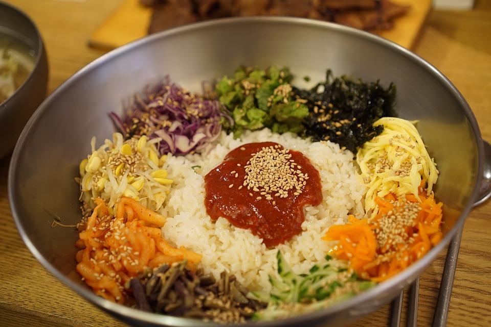 在韓國相關單位公布的調查結果,對20-59歲男女共1011名對象進行調查,平均每周4.5次的蔬菜水果。其中,最常攝取的蔬果顏色排名更能看出韓國人的飲食習慣喔!