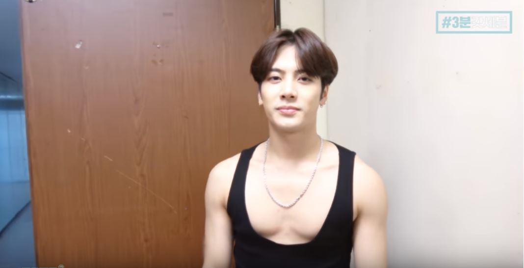 最近GOT7的成員Jackson就在官方上傳的影片中提到「自己跟服飾組說想要穿背心,結果卻拿到了這個(眼神死)」