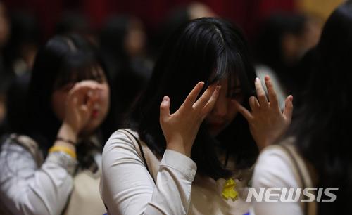 其中一名學生李浩靜 (譯音,이호정) 的哥哥也在事件中離她而去,她的信件令在場的學生都哭了,而寫給哥哥的信件由同學代她朗讀。