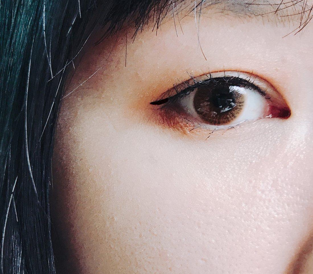 完妝照是不是很有神又深邃呢?既不像黑色眼線那樣銳利,又同時時保留有神的優點,而且偽少女還發現咖啡色眼線跟眼影顏色更搭啊XDD