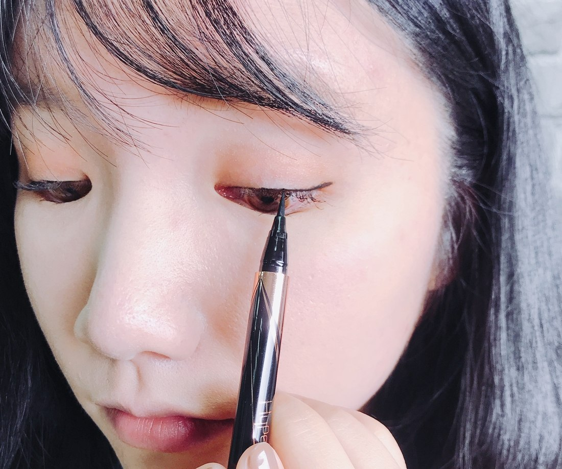 這隻超激細抗暈眼線液的厲害之處就在於超激細的筆尖(廢話XDD),可以深入睫毛縫隙,畫出精緻的內眼線!就算偽少女先用了睫毛膏也不影響,因為筆尖夠細,內眼線一下就完成了~