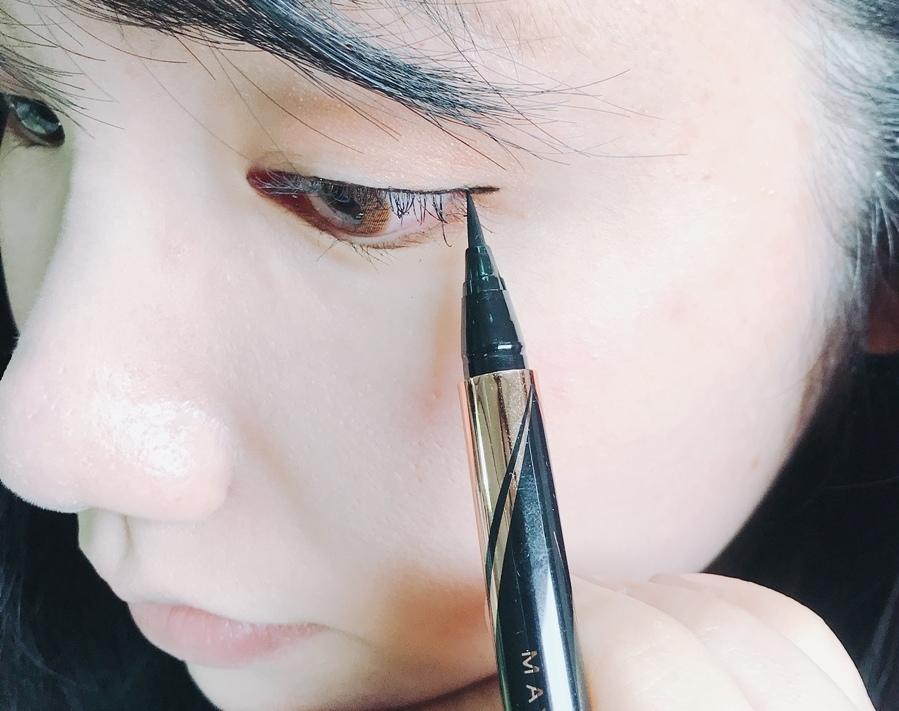 而且彈性筆尖,可以精準控制線條穩定度,讓你描繪線條時超級流暢,像是眼尾的眼線弧度也一下就拉~長!