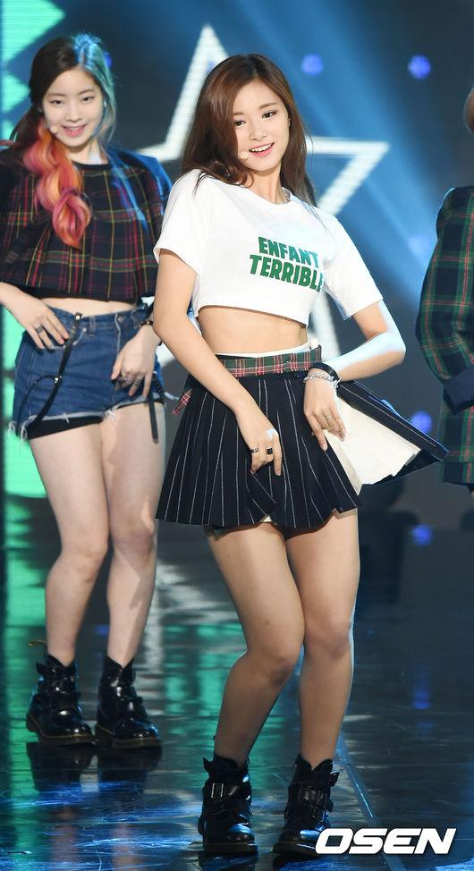 而且韓國每年流行的「美女標準」都不同,像是TWICE剛出道時就流行「骨盆美女」的稱號,子瑜甚至還曾因為合身的牛仔褲而讓她身材看來曲線有緻,而成為骨盆美女代表,更早之前還流行過大腿結實有肉的「蜜大腿」美女