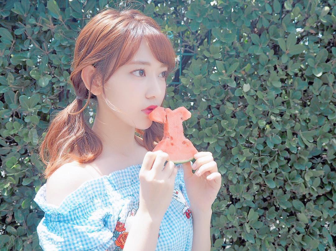 宮脇咲良1998年生,2008年以兒童演員身分出道,出演過不少知名日劇,在2017年「AKB48第49張單曲選拔總選舉」中以82,803高票獲得第四名!