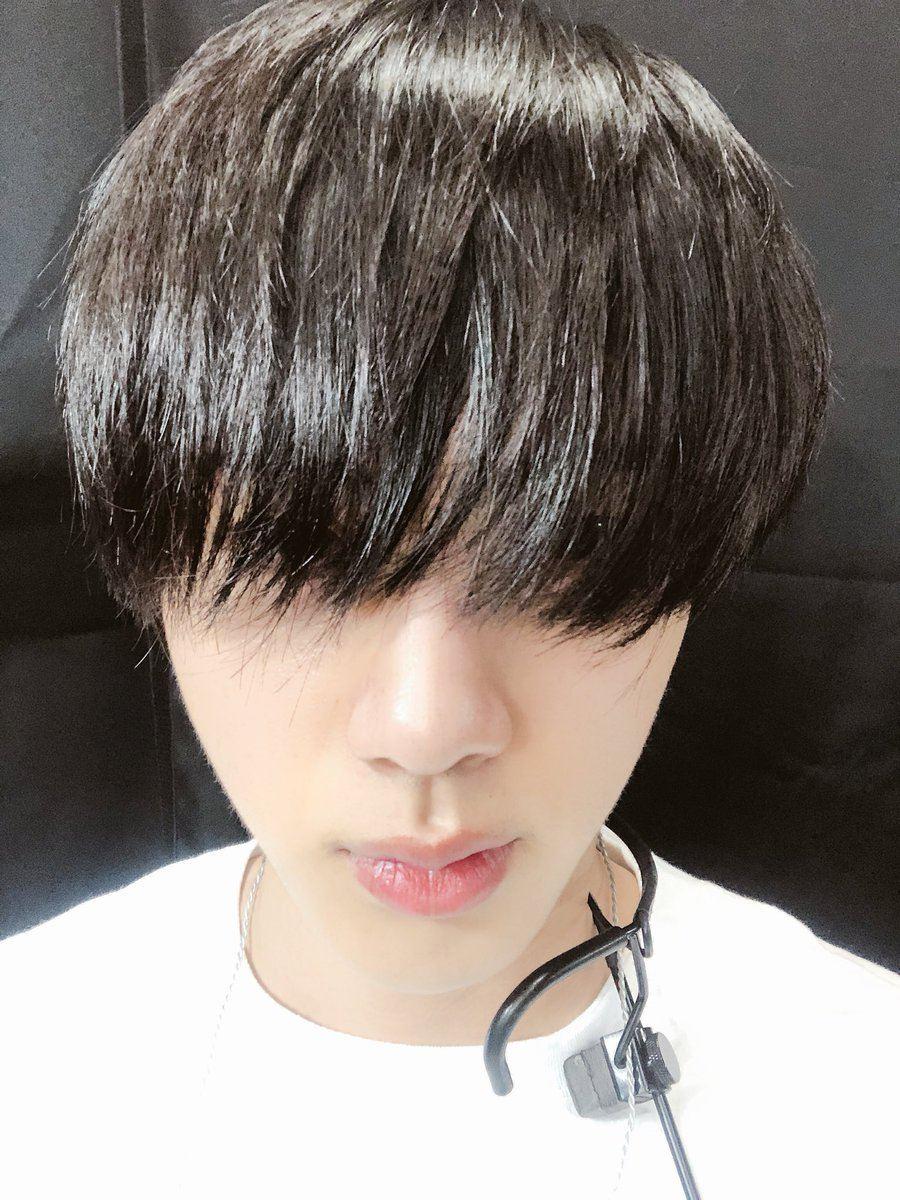 沒想到在那之後Jin似乎還沒解決髮型的困擾,也許是因為行程太過忙碌的關係沒時間去處理,而Jin的瀏海也就越來越長了甚至常到蓋住眼睛,也讓粉絲忍不住大呼:快去剪頭髮吧(笑)