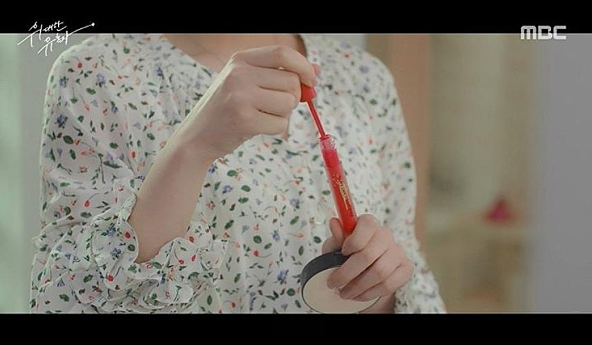另外其中一幕眼尖的偽少女也看到了JOY用的氣墊,就是ETUDE HOUSE的長效待肌超持妝氣墊粉餅,主打超級長效的持妝效果!