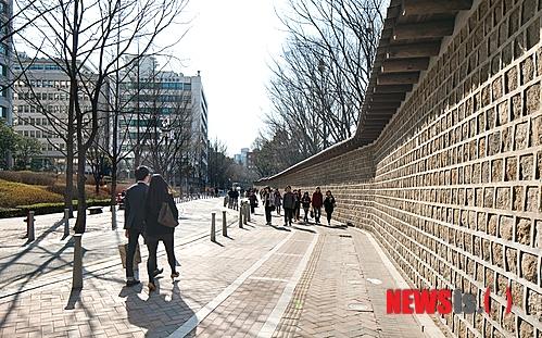 #第三階段  最後一個推薦的地方就是德壽宮石牆路~ 但明明在韓國有說法是一起走過德壽宮石牆路的戀人都會分手啊?!