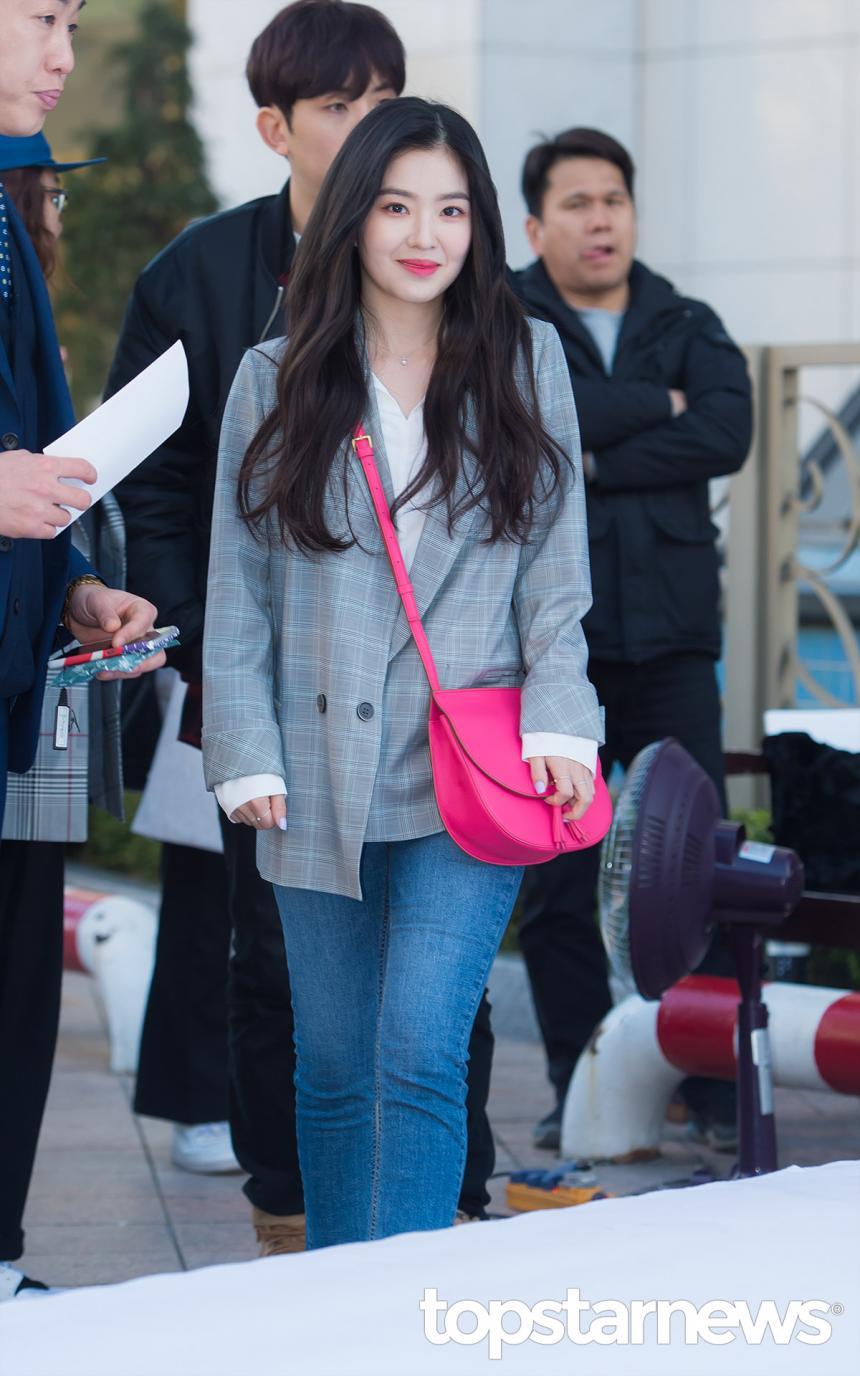 摩登少女發現Irene很喜歡穿素色上衣+長褲+西外。