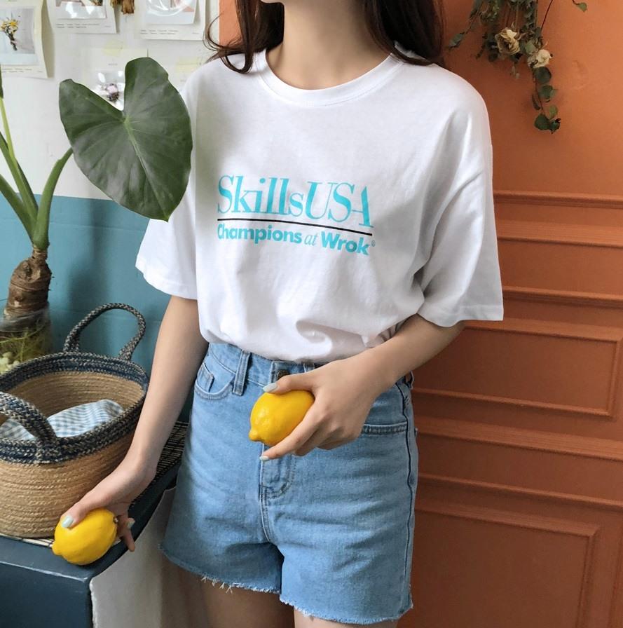 #星期一「T-Shirt+牛仔單品」: 憂鬱的星期一,想必一定不想花費腦力在穿搭上,這時就選擇最簡單的T-Shirt+牛仔單品來搭配吧!這個方法簡單又不會出錯,就算不買新衣服也能從衣櫃裡面拿出來配啊!