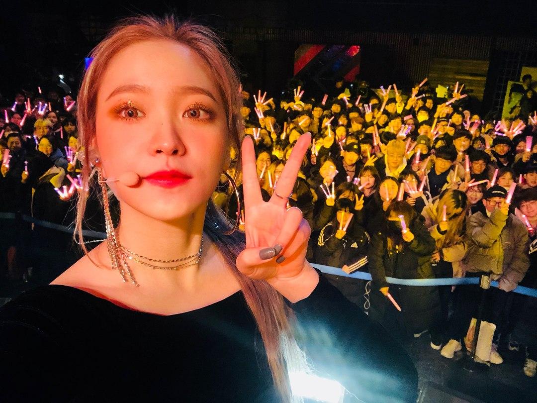 由於Red Velvet的手燈太小隻的關係,所以粉絲們通常會一次買很多支,為的就是能讓成員們能一眼就找出粉絲在哪裡XD