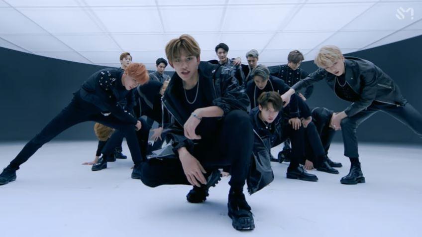不過雖然鏡頭帥氣,但在新加入成員Lucas蹲下後的這個畫面,卻在粉絲間引起了要求SM「重新編舞」的爭議