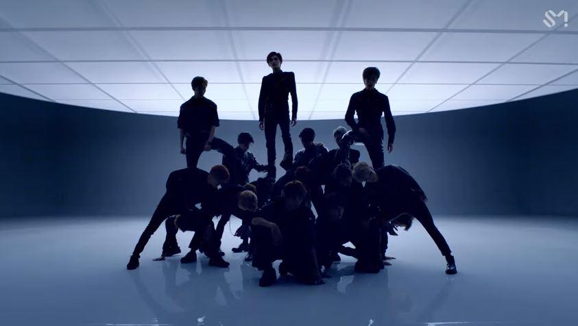 因為Lucas蹲下再起身後的下一幕,成員為了呈現編舞的雄壯和特別,竟然安排了讓成員蹲下「被踩背」的編舞