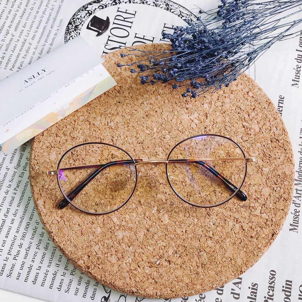 但是在眼鏡挑選上可就很重要啦!像是這種圓框就是小清新必備的款式,選擇較細的框架搭配棕色的線條,製造出來的風格會非常有溫柔感。
