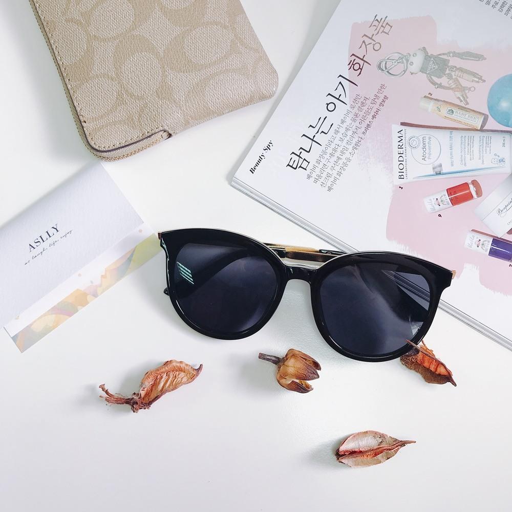 誰說小清新就不能利用墨鏡來做搭配?選擇款式簡單的太陽眼鏡,比較適合走成熟的清新風格,甚至還會有點復古的魅力喔!