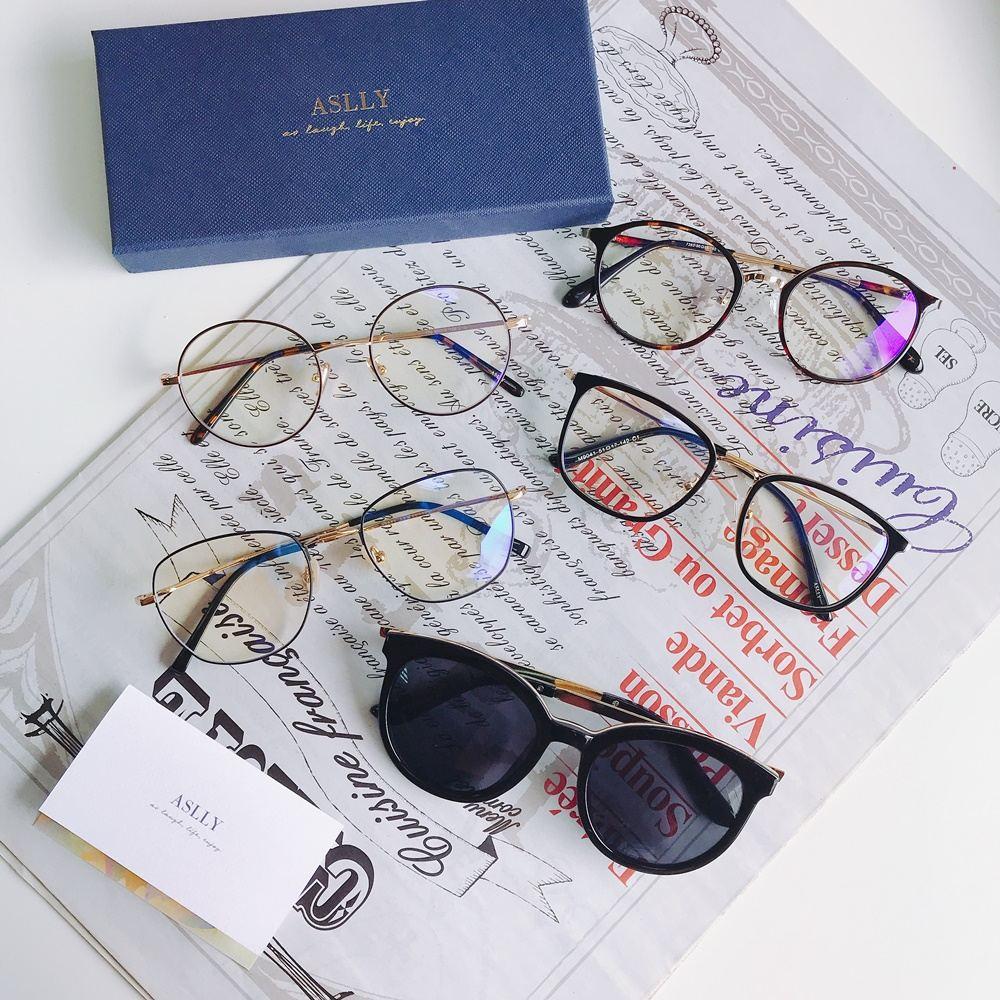 這幾款ASLLY的眼鏡都有個特色,那就是多層膜濾藍光鏡片啦!現代人用眼過度,長時間盯著手機和電腦看,殊不知這些科技產品非常容易傷害眼睛,而ASLLY不僅有專業濾藍光,甚至還能抵抗紫外線。除此之外它的鏡片和鏡架都非常輕盈,戴上去不會有太大負擔。