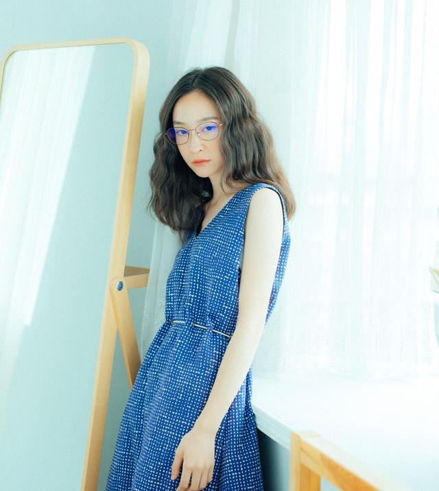 就穿搭風格來說,藍色系的單品配上細框眼鏡非常適合,尤其是這種one piece洋裝,能在清新中製造一種「文青感」啊!