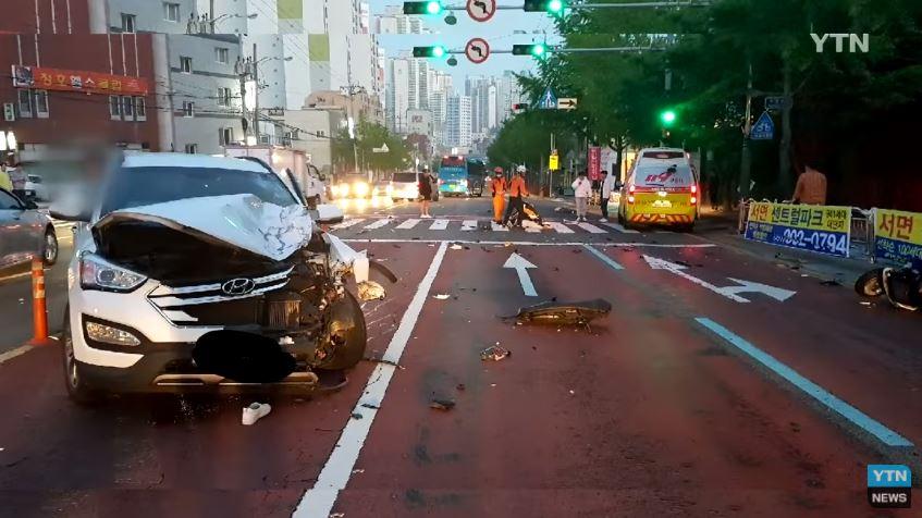 韓國時間4月21日上午5時17分在釜山南區門峴洞往來6號線發生了嚴重車禍,兩名騎機車的10代韓國青年撞上了型號為現代Santa Fe的車輛,而他們撞上的理由是機車逆線而行。
