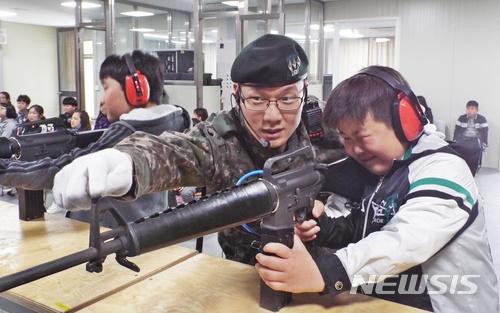 8) 射擊場管理兵 部份在市內的部隊的射擊場設在軍營外,負責管理的士兵正是射擊場管理兵。由幹部1名和士兵2-3名組成,主要工作是打掃和機械管理。