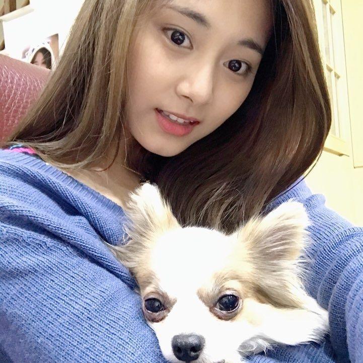 不只每次回到台灣都必和家中的愛犬酷吉大量自拍(?),連平常難得一見的撒嬌也對酷吉大放送