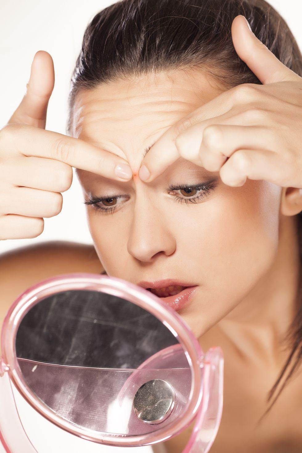 3.額頭是否有痘痘煩惱? 對於油性痘痘肌的妳,瀏海不是一個正確選擇,即便是較稀疏的空氣瀏海也是一樣,臉上的油脂和沾到灰塵細菌的頭髮,都容易導致毛孔堵塞,而瀏海更容易使額頭上的毛孔無法透氣,加上有瀏海的人通常有一壞習慣就是經常用手撥動頭髮,手中的細菌和油脂也會依附在頭髮上,進而接觸肌膚,使痘痘惡化。
