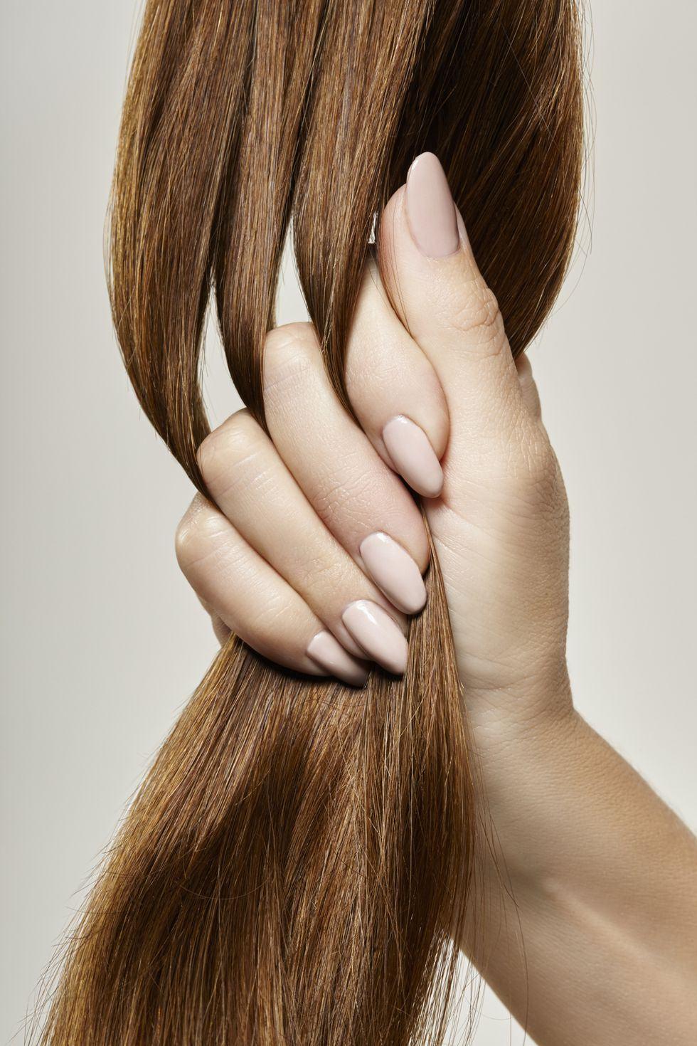 5.髮質和髮量適合嗎? 為了要營造稀疏隨意的空氣感,空氣瀏海所需要的髮量不多,並且帶有明顯一條一條的線條感,假若妳髮量很多,瀏海應該不到數天就會變長、變厚,這樣就要不停修剪,麻煩又浪費金錢;還有另一考慮的因素就是髮質,因空氣瀏海每天都要夾彎,天生是細軟髮的妳相較之下會比較容易打理。