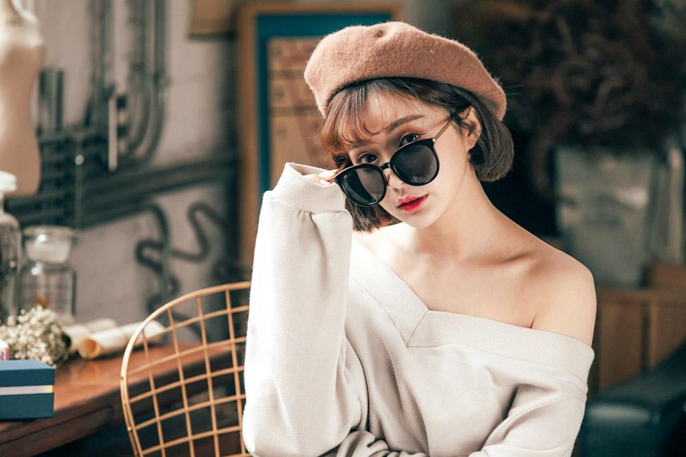 而喜歡走復古成熟路線的女孩,利用墨鏡搭配白T+牛仔褲就可以了。重點則是要選擇一雙高跟鞋,配上墨鏡至少99分啊!