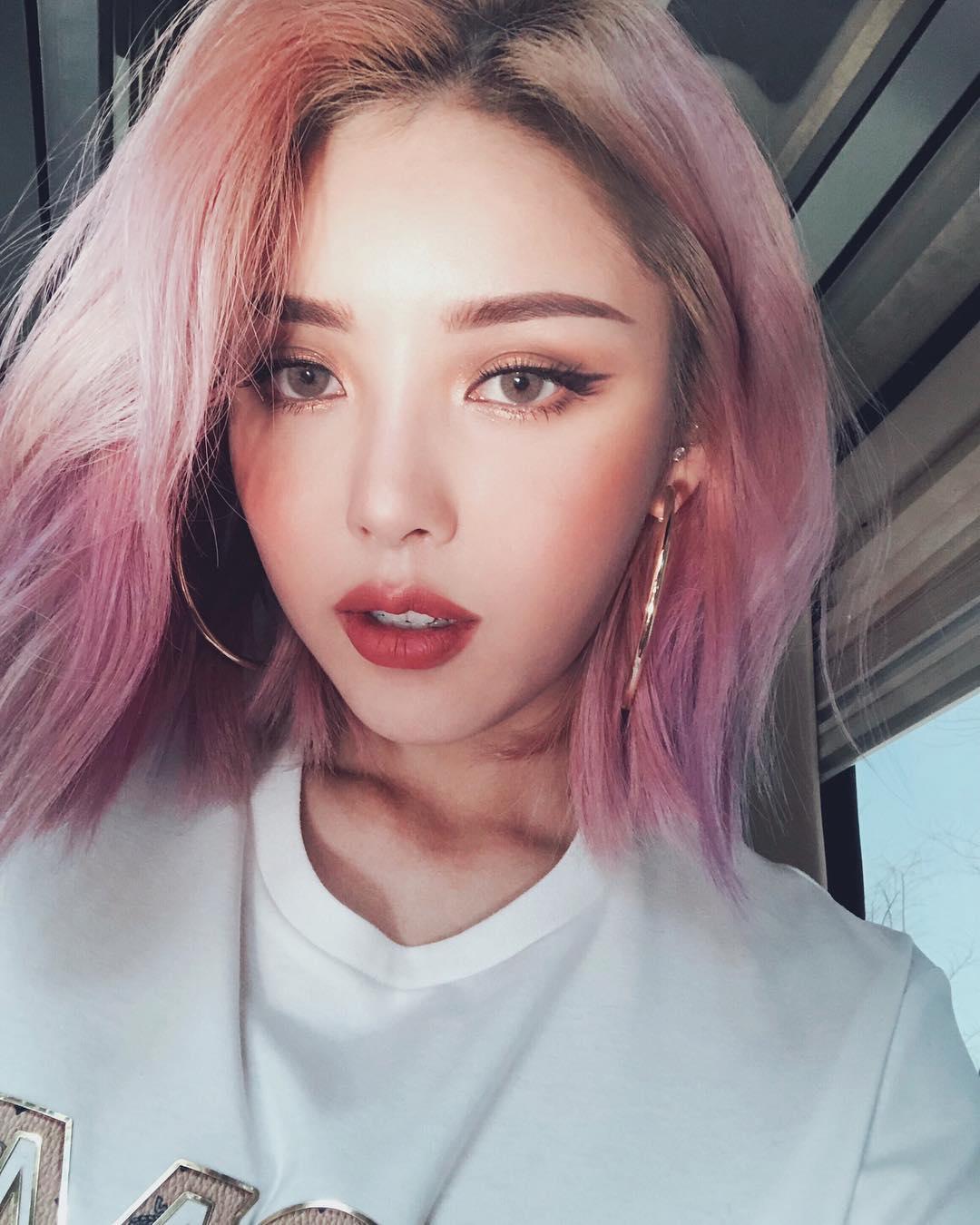 說到韓國彩妝師PONY應該無人不知無人不曉吧?在全球彩妝界占有一席之地,除了妝容精緻完美,還有一張漂亮的臉蛋,任誰看了都覺得他就是明星無誤啊!