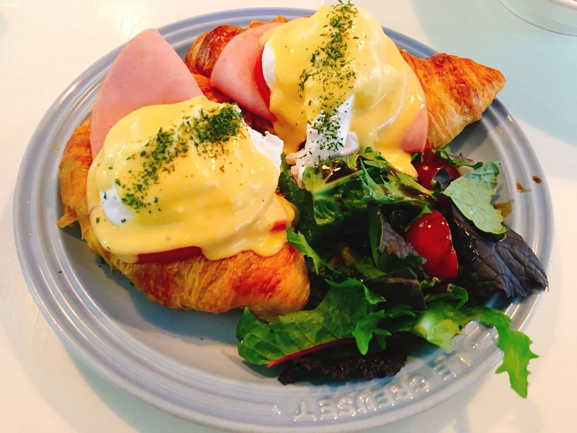 小編個人非常喜歡的班尼迪克蛋,切下去會有蛋黃流出來,搭配上鬆軟麵包的滋味實在太棒啦~算是這家餐廳的必點之一喔!