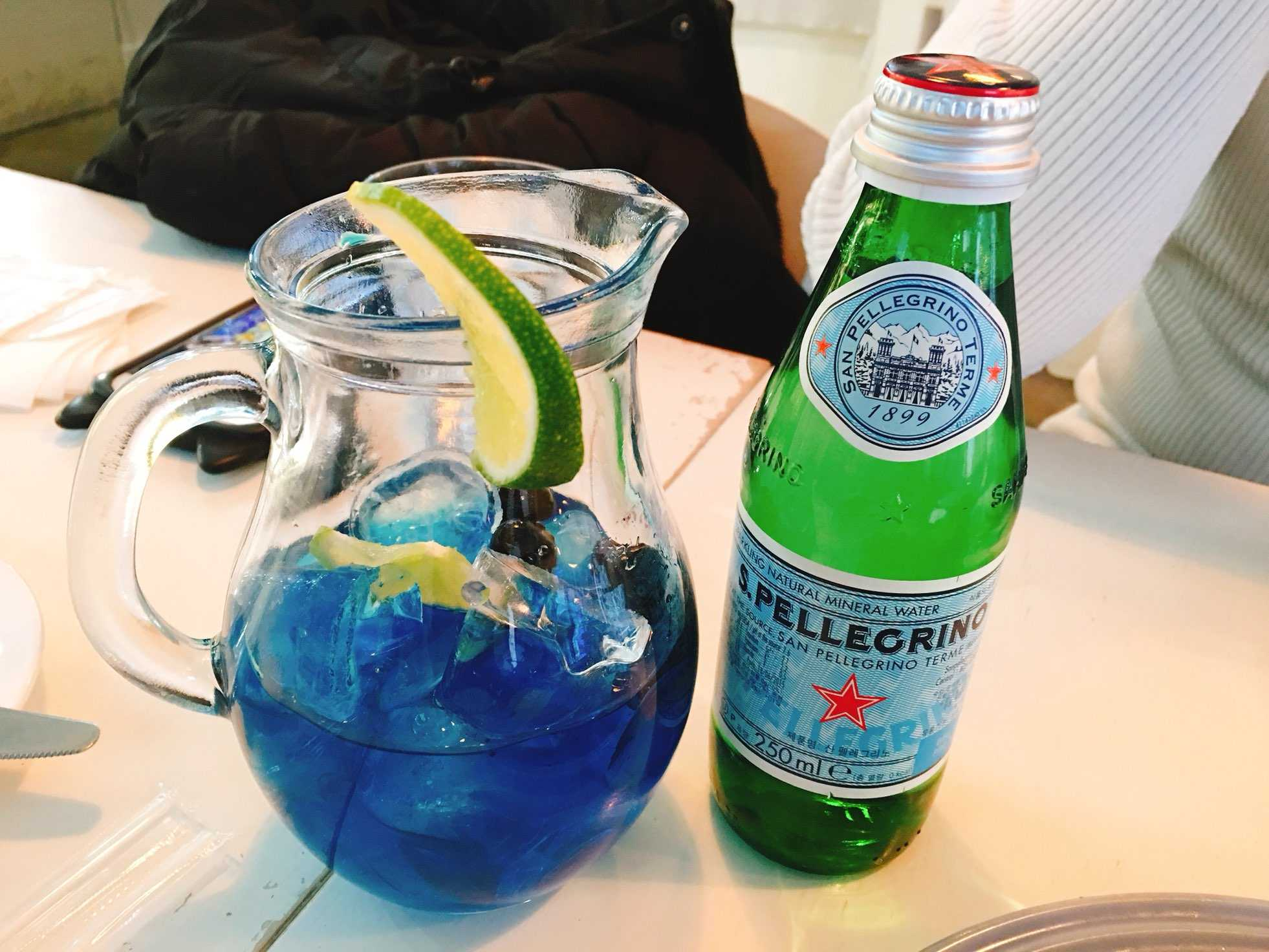 飲料的部分小編點的是藍莓氣泡飲,送上來的時候就是這樣子的,綠色那瓶不是酒喔!只是汽水啦~