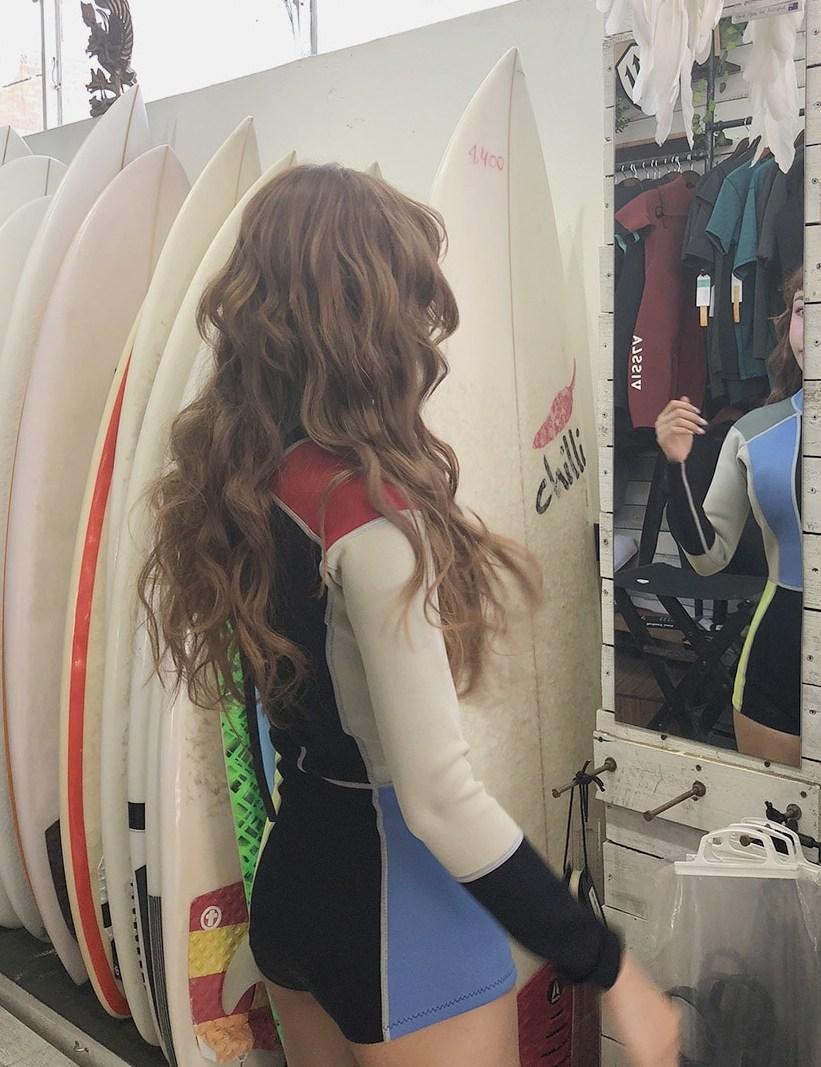 其實對全身都肉肉的女孩也偷偷推薦衝浪衣,因為都包得緊緊的沒人看的見啊XDD,比起性感的比基尼,像這種默默展現身材的衝浪衣在韓國也是超紅的,好多明星都穿過了呢~
