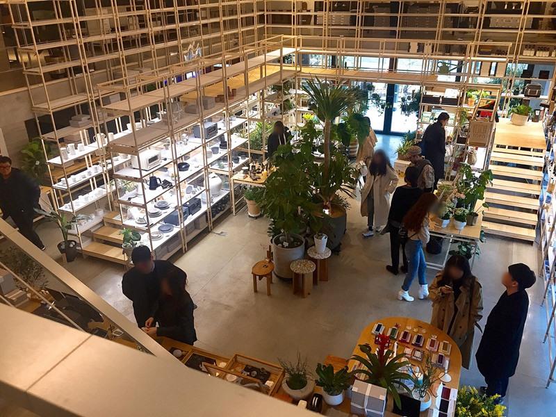 這是從2樓拍下去的樣子,展示架之間不會太擁擠所以逛起來蠻舒服的!