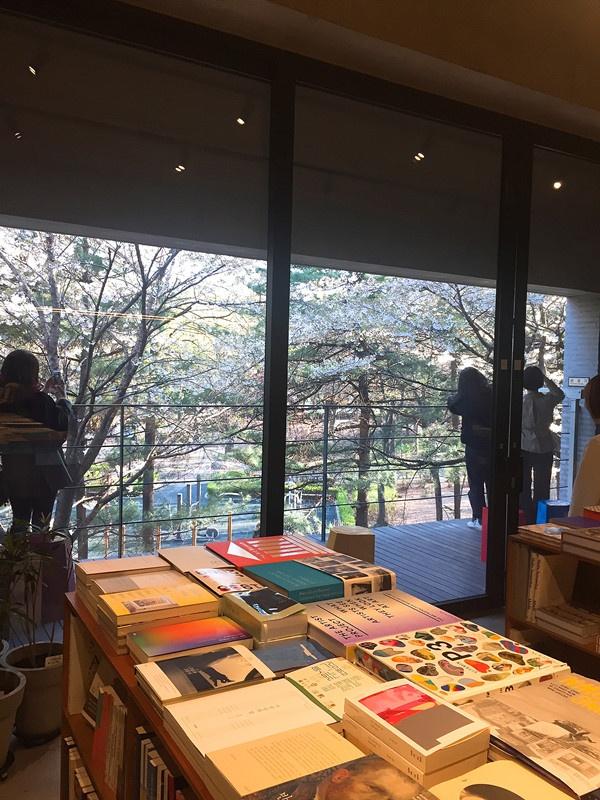 書店有戶外陽台可以出去,外面是島山公園(도산공원),去的時候剛好遇見櫻花盛開,有沒有超美的啊!