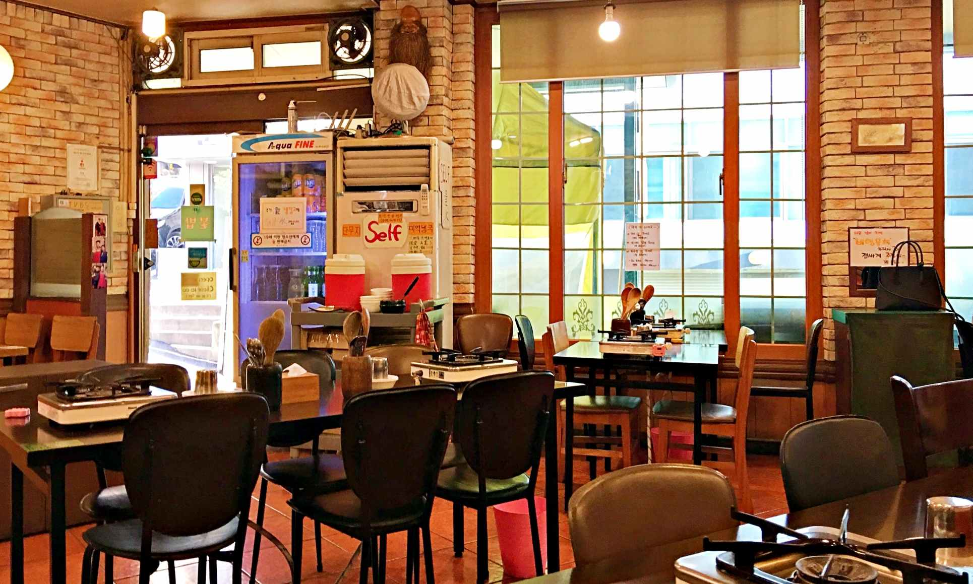 店內還算寬敞,畢竟要供應學生吃飯時間的人潮,座位也算是很多。