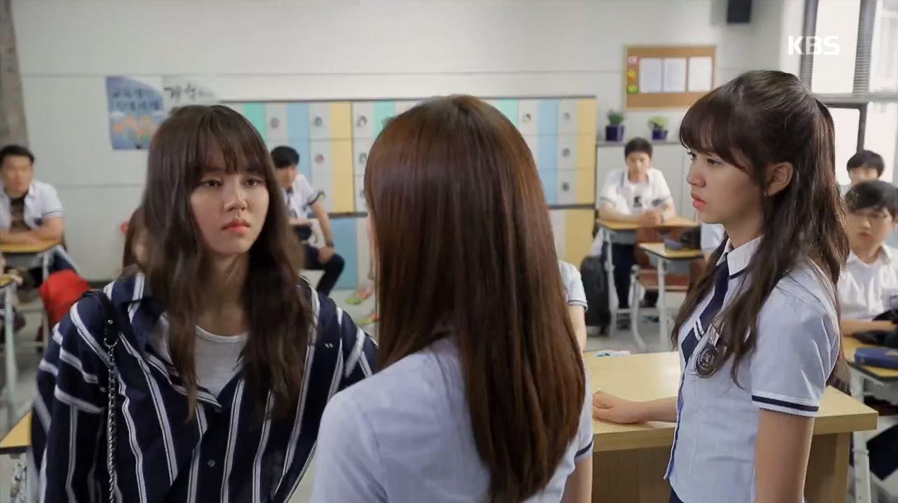 而韓國在近幾年一人分飾兩角最讓人所熟知的,就是在《學校2015》中有出色表現的「三金」之一金所炫啦!相信有看過學校系列的粉絲們,都對於所炫的演技不陌生吧XD 而劇中有一些遠景鏡頭,其實是有替身李藝恩上場的!