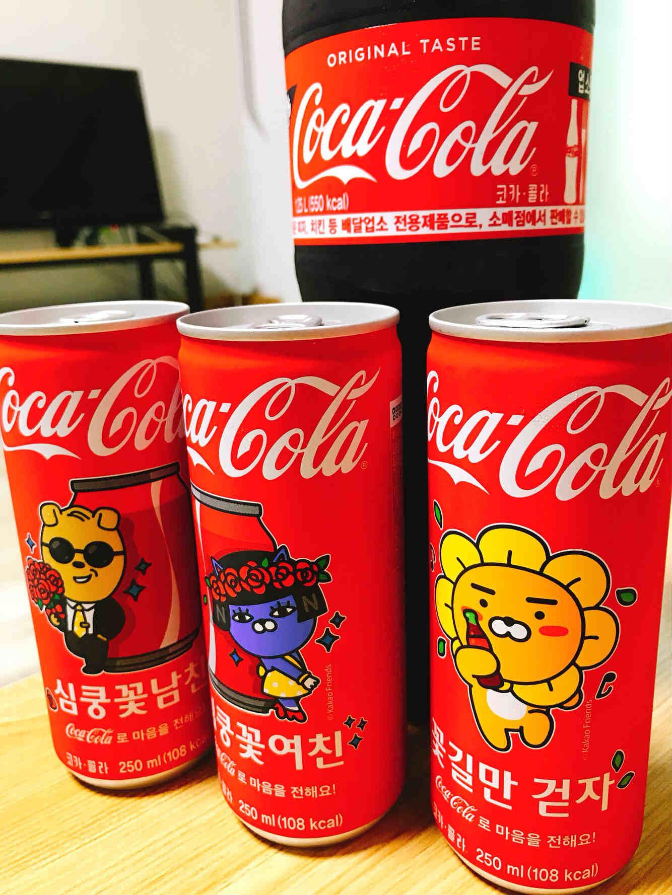 為了讓消費者能夠簡單傳達心意,這款KAKAO FRIENDS版可樂,每一瓶上面都有特別的句子與萌到爆炸的表情圖案。
