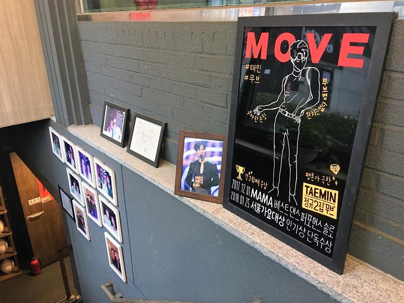 店門口就擺了照片,還有店長和很多明星的合影。店在地下一層。