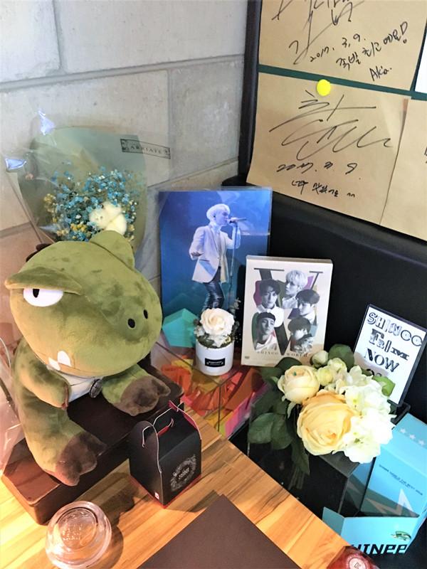 店長非常歡迎粉絲來,還專門開闢一個角落用來放SHINee的周邊和專輯,非常有人情味兒。