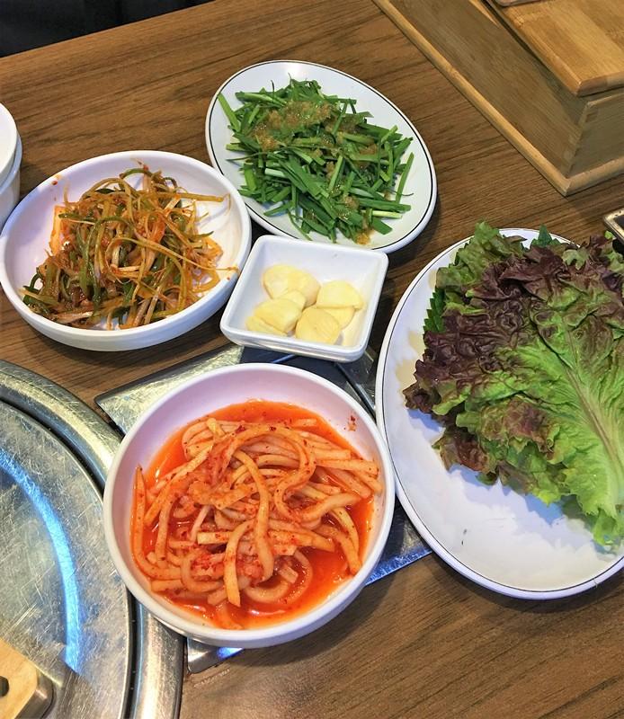 這家店的小菜不誇張的說是小編在韓國覺得最好吃的。韭菜是輕微芥末味,酸甜可口。蘿蔔絲和蔥絲也很有滋味。