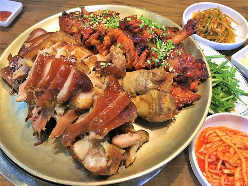 這是39000韓元的半半豬蹄。店裡有加熱設備,保持豬蹄一直是溫熱狀態,可以說是非常貼心了。