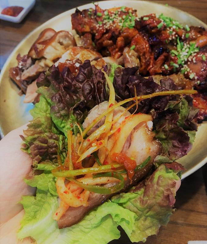 原味豬蹄因為比較大塊,偏肥膩,最好是包菜吃~一個生菜葉都很難包住大塊豬蹄。豬蹄的軟嫩配上酸甜的小菜超美味~確實是好吃的。